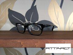 ATTRACT,印象的,黒ぶちメガネ