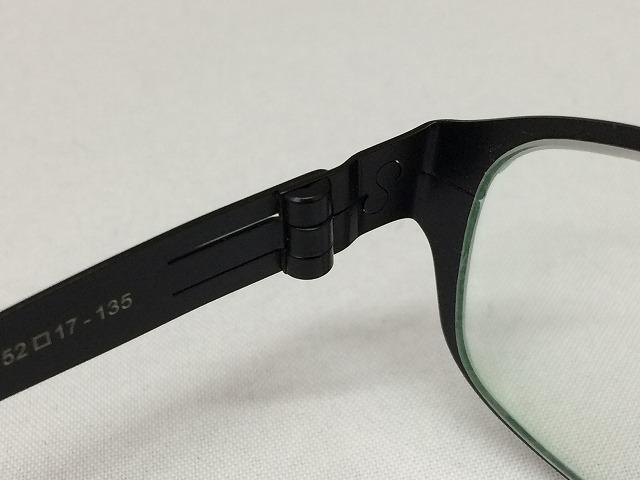 軽量&しなやかな黒いメタルメガネ
