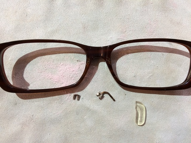 メガネの鼻部品が壊れた