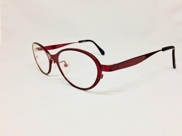 女性らしいローズカラーのキュートなメガネ
