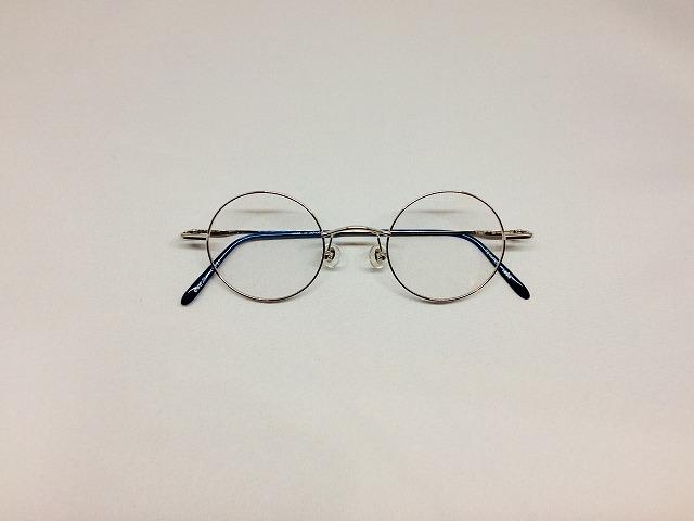 シルバーカラーのまるメガネ