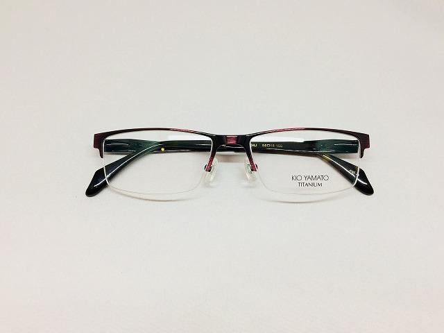 シンプルで存在感のあるメンズビジネスメガネ