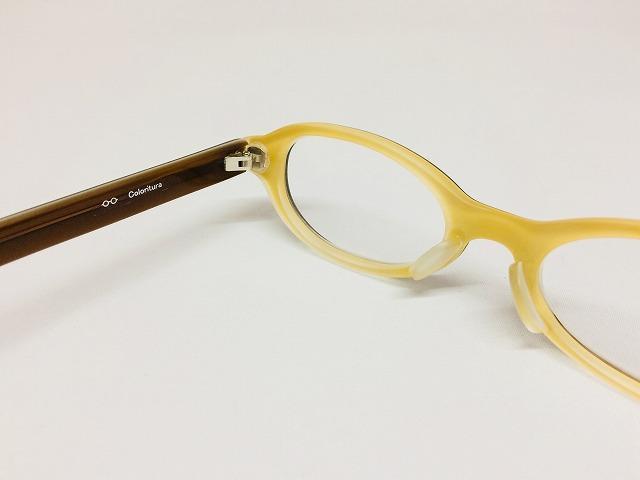 アースカラーの小顔の女性大人用メガネ