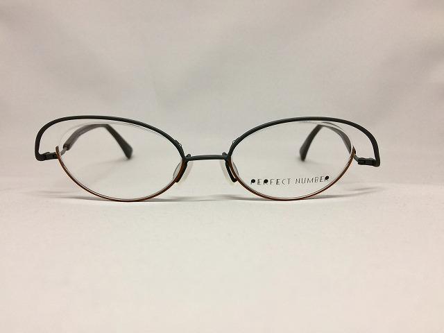 モノトーン&キャメルカラーの軽量デザインメガネ