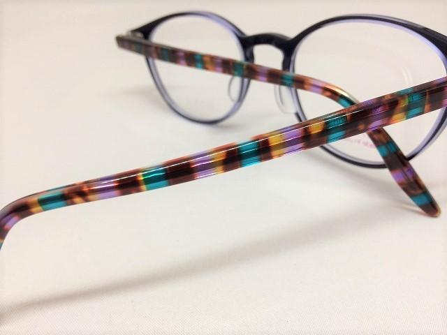 スリムで上品な紺色のボストン型メガネ