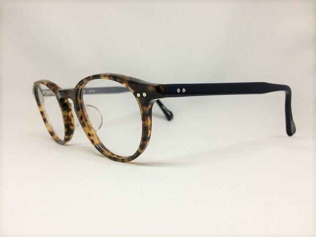 反対色を使ったボストン型メガネ