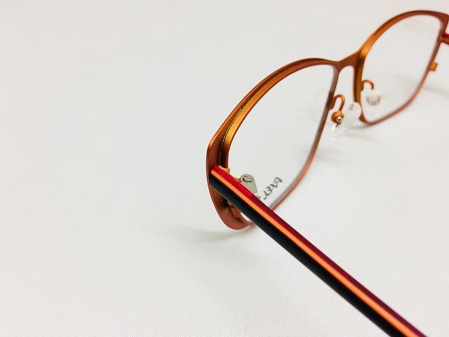 オレンジ色の元気なメガネ