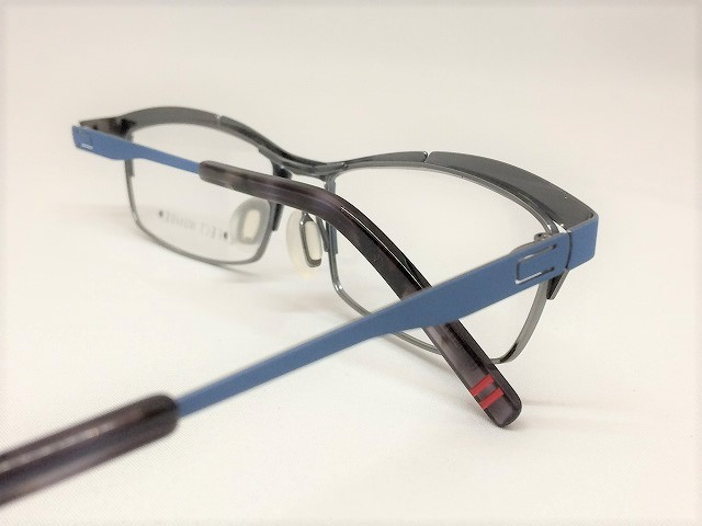 スカイブルーの爽やかスクエアデザインメガネ