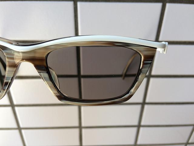 紫外線と光で色が濃くなるサングラスレンズ