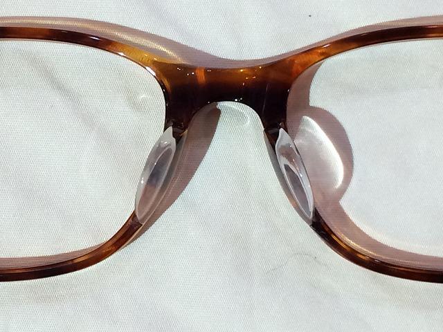 樹脂メガネの鼻当てが狭くて痛い(かけ心地修理)