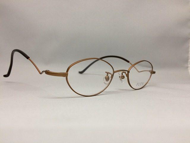 トレンチコートとキャメルカラーのメガネ