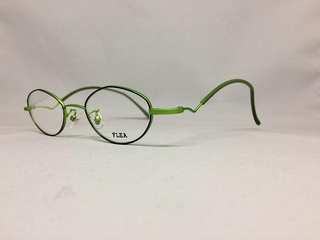 パロットグリーンカラーのメガネでリラックス