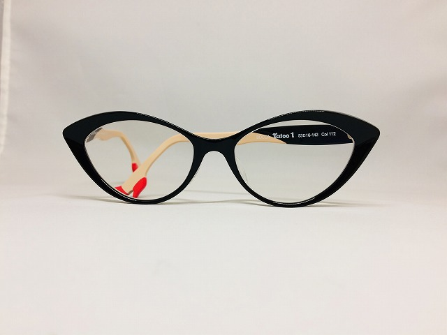 ピンヒールを履いたセクシーな黒いフォックスメガネ