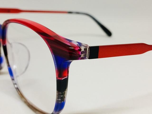 赤いストライプ模様のカラフルなドイツ製メガネ