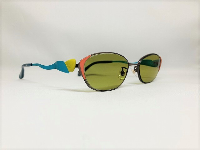 マルチカラーの軽いサングラス