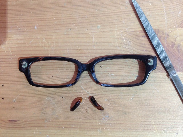セルロイドメガネの鼻あてが折れたので修理