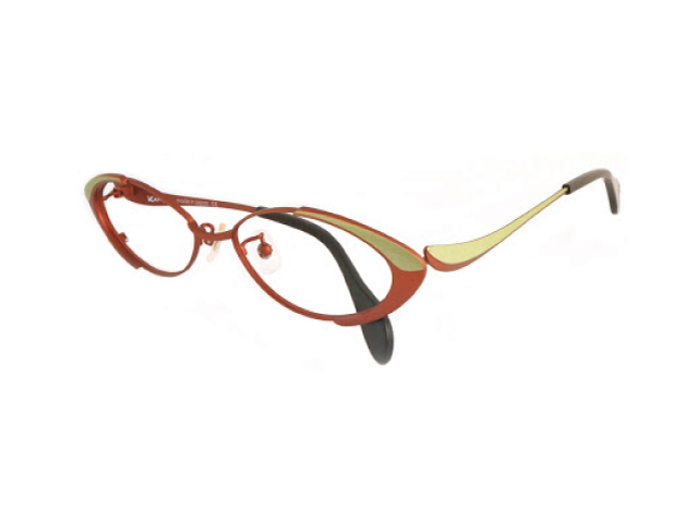 葉っぱみたいなアイウェアKAMUROの茶色いメガネ